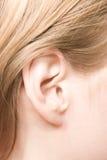 Jeune plan rapproché caucasien d'oreille de femme photos stock