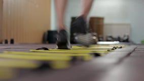 Jeune plancher masculin de Runs Across The d'athl?te banque de vidéos
