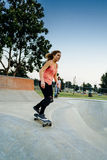 Jeune planchiste féminin au skatepark Photographie stock