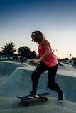 Jeune planchiste féminin au skatepark Images libres de droits