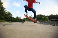Jeune planchiste faisant de la planche à roulettes au skatepark Photographie stock