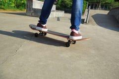Jeune planchiste faisant de la planche à roulettes au skatepark Photo libre de droits
