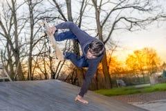 Jeune planchiste sautant sur une rampe Photo stock