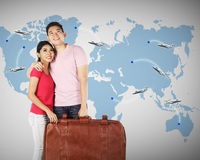 Jeune planification de couples à voyager autour du monde Photographie stock libre de droits