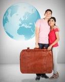 Jeune planification de couples à voyager autour du monde Photo stock
