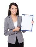 Jeune plume de femme d'affaires à la page vide du presse-papiers Photographie stock