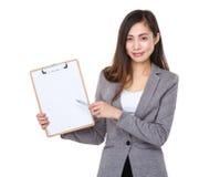 Jeune plume de femme d'affaires au presse-papiers Images stock