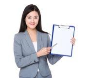 Jeune plume de femme d'affaires au presse-papiers Image libre de droits