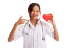 Jeune point femelle asiatique de docteur au coeur rouge Photographie stock