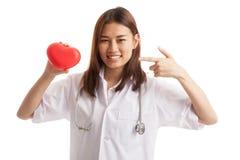 Jeune point femelle asiatique de docteur au coeur rouge Photos libres de droits