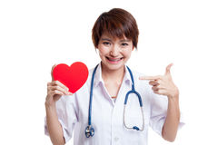 Jeune point femelle asiatique de docteur au coeur rouge Photo stock