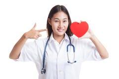Jeune point femelle asiatique de docteur au coeur rouge Photo libre de droits