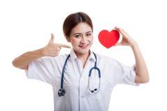 Jeune point femelle asiatique de docteur au coeur rouge Images stock
