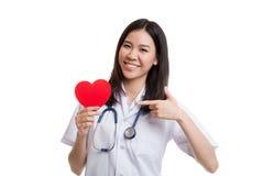 Jeune point femelle asiatique de docteur au coeur rouge Photographie stock libre de droits