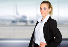 Jeune portrait attrayant de femme d'affaires dans l'aéroport Images stock