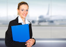 Jeune portrait attrayant de femme d'affaires dans l'aéroport Photos libres de droits