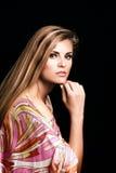Jeune portrait blond de femme de beauté dans le studi soyeux coloré de robe Photographie stock