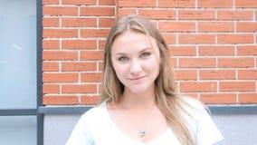 Jeune portrait blond positif de fille, extérieur images libres de droits