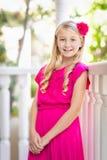 Jeune portrait caucasien mignon de fille sur un porche photographie stock