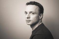 Jeune portrait caucasien sérieux de studio d'homme, ton de sépia Image libre de droits