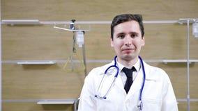 Jeune portrait de docteur dans une chambre d'hôpital banque de vidéos