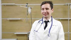 Jeune portrait de docteur dans une chambre d'hôpital clips vidéos