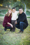Jeune portrait de famille de métis dehors Images stock