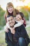Jeune portrait de famille de métis dehors Photographie stock
