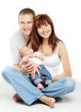 Jeune portrait de famille, mère de sourire de père et fils de bébé Photographie stock libre de droits