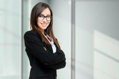 Jeune portrait de femme d'affaires avec le copyspace image libre de droits