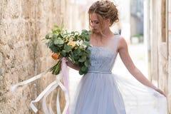 Jeune portrait de jeune mariée avec un bouquet de mariage images stock