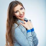 Jeune portrait de sourire de femme d'isolement Type occasionnel Beau photos stock