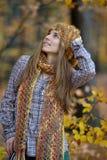 Jeune portrait de sourire de femme extérieur image stock