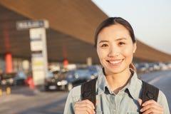Jeune portrait de sourire de voyageur en dehors d'aéroport Photos libres de droits