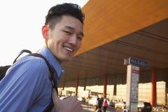 Jeune portrait de sourire de voyageur en dehors d'aéroport Images libres de droits