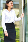 Jeune portrait de sourire exécutif femelle asiatique Image stock