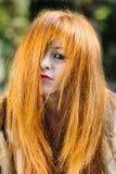 Jeune portrait modèle d'une chevelure blond désordonné au soleil images libres de droits