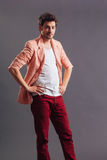 Jeune pose à la mode d'homme Photos libres de droits