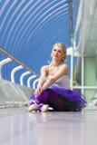 Jeune pose élégante de ballerine Photo stock