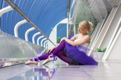 Jeune pose élégante de ballerine Photos stock