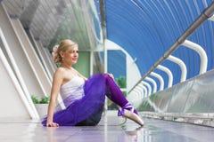 Jeune pose élégante de ballerine Images stock