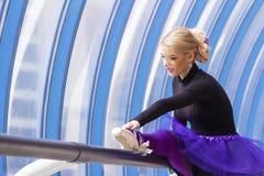 Jeune pose élégante de ballerine Photo libre de droits