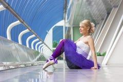 Jeune pose élégante de ballerine Photographie stock