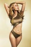 Jeune pose blonde de femme habillée dans le maillot de bain Images stock