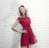 Jeune pose blonde de sourire de beauté. Image stock