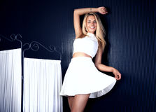 Jeune pose blonde heureuse de femme Photographie stock libre de droits