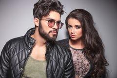 Jeune pose de couples de mode Photo stock