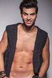 Jeune pose de sourire d'homme de mode nue photo libre de droits