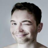 Jeune pose drôle de sourire d'homme. Photographie stock libre de droits