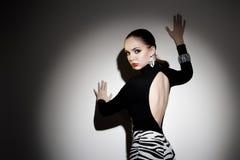 Jeune pose magnifique de femme Photographie stock libre de droits